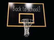 Cercle de basket-ball sur le tableau noir avec le texte de nouveau à l'école Photos libres de droits