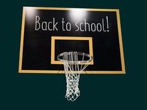 Cercle de basket-ball sur le tableau noir avec le texte de nouveau à l'école Image libre de droits
