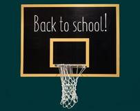 Cercle de basket-ball sur le tableau noir avec le texte de nouveau à l'école Photo libre de droits