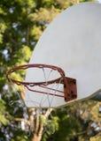 Cercle de basket-ball sur un fond vert et ensoleillé image libre de droits