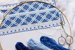 Cercle de broderie avec le tissu brodé de fragment Image libre de droits