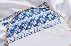 Cercle de broderie avec le tissu brodé de fragment Image stock