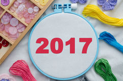 Cercle de broderie avec le tissu vide, fils de couture colorés Image libre de droits