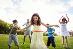 Cercle de danse polynésienne appréciant le concept gai de loisirs d'extérieur Photo stock