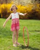 Cercle de danse polynésienne de roulement de jeune fille en parc images stock