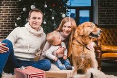 Cercle de famille de Noël de thème et de nouvelle année et animal familier domestique Papa de maman et femme caucasienne de 1 an  photo stock