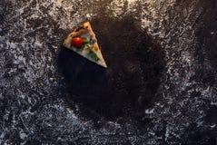 Cercle de farine avec la vue supérieure de pizza de tranche Photographie stock