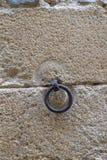 Cercle de fer pendant du mur en pierre photographie stock libre de droits