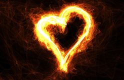 Cercle de feu en forme de coeur avec le copyspace Vue pour l'amour, le romance et la carte de jour de valentines Image stock