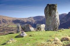 Cercle de pierre d'Uragh avec la cascade et les falaises Photographie stock libre de droits