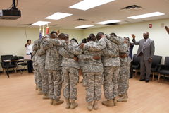 Cercle de prière de cérémonie de déploiement Photos stock