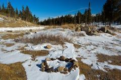 Cercle de roche du feu de camp dans la neige Photos libres de droits