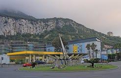 Cercle de route situé près de la frontière dans le Gibraltar images stock