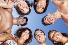 Cercle des amis sur le ciel bleu Photo libre de droits