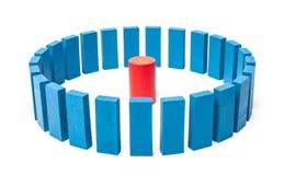 Cercle des blocs de bleu autour du rouge simple un Photographie stock libre de droits