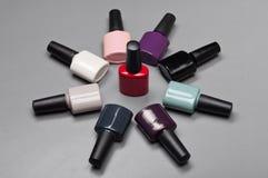Cercle empilé par bouteilles coloré de vernis à ongles Photographie stock libre de droits