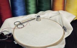 Cercle en bois rond avec un tissu blanc Photographie stock libre de droits