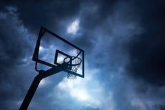 Cercle et ciel de basket-ball photographie stock libre de droits