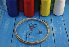 Cercle et ciseaux pour la couture et la broderie Photos stock
