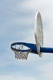 Cercle et panneau arrière de basket-ball de cour de jeu Image libre de droits