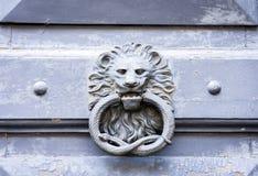 Cercle extérieur en métal de heurtoir de porte de vintage sur une porte d'un bâtiment antique à Catane, Sicile, Italie photos libres de droits