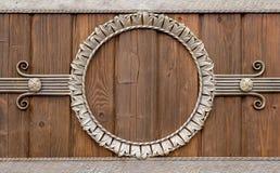 Cercle forgé sur un mur en bois image libre de droits