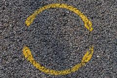 Cercle jaune sur l'asphalte Photo stock