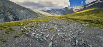 Cercles des pierres dans les montagnes Photographie stock libre de droits