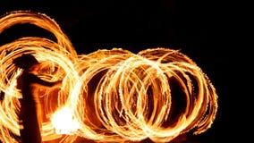 Cercles du feu dans l'obscurité photos stock