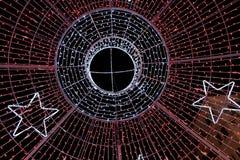 Cercles et étoiles rougeoyants dans le ciel nocturne Photo libre de droits