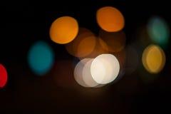 Cercles lumineux des réverbères sur la photo defocused du stre de nuit Photographie stock