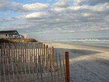 Cerco protetor na praia de Wrightsville no crepúsculo Fotografia de Stock