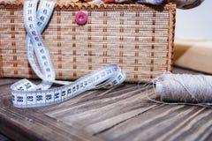 cercueil, bande de centimètre, fil de couture Image stock