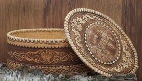 Cercueil d'écorce de bouleau sur le fond en bois Photographie stock