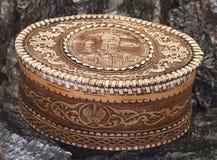 Cercueil d'écorce de bouleau sur le fond en bois Image libre de droits
