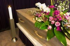 Cercueil dans la morgue photo libre de droits