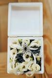 Cercueil de cadeau de mariage décoré de l'arc et des rubans Photographie stock libre de droits