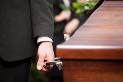 Cercueil de transport de porteur de cercueil à l'enterrement Photographie stock libre de droits