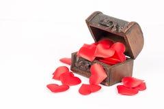 Cercueil en bois brun rustique antique d'isolement au-dessus du fond blanc et rempli de coeurs rouges romantiques de l'amour Image libre de droits