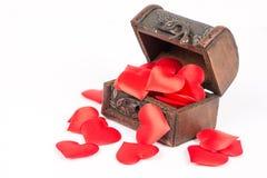 Cercueil en bois brun rustique antique d'isolement au-dessus du fond blanc et rempli de coeurs rouges romantiques de l'amour Photos libres de droits