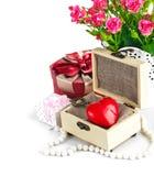 Cercueil en bois de coeur rouge avec des roses de groupe Photo libre de droits