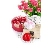 Cercueil en bois de coeur rouge avec des roses de groupe Photos libres de droits