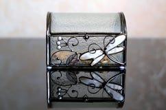 Cercueil en verre avec de l'or Image stock