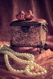 Cercueil et perles de bijou Image stock