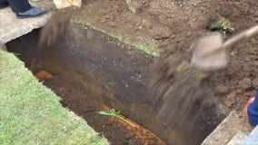 cercueil funèbre dans un if ou une chapelle ou enterrement au cimetière banque de vidéos