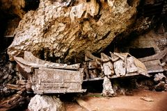 Cercueils accrochants, tombes Vieux cercueil avec des crânes et des os tout près sur une roche Kete Kesu dans Rantepao, Tana Tora Images stock