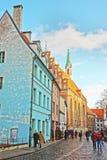 Cerda de Konventa en el cuadrado de la iglesia de San Pedro en la ciudad vieja de Riga Imagen de archivo
