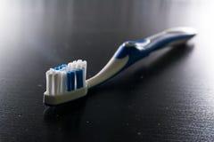 Cerdas modernas de la odontología del objeto del alto contraste del cepillo de dientes del detalle imagen de archivo libre de regalías