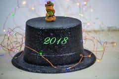 Cerdo afortunado encima del cilindro, ` s Eve del Año Nuevo Imagenes de archivo