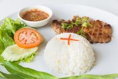 Cerdo asado a la parrilla con arroz frito del ajo Fotografía de archivo libre de regalías